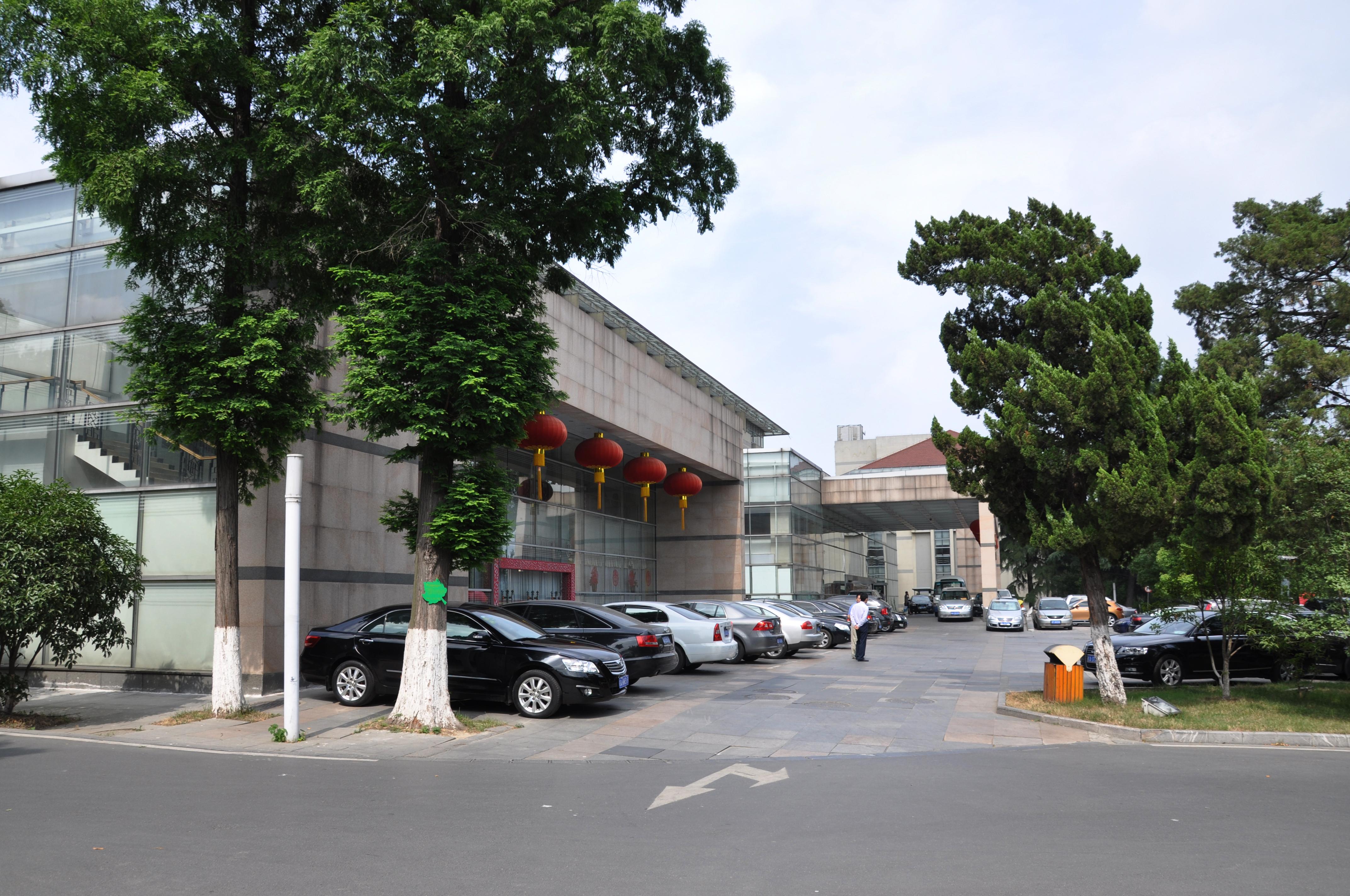 稻香楼宾馆东楼有各种不同风格的会议室19个。有容纳600人的大会礼堂1个,容纳100人的大会议室1个,容纳50-60人的中型会议室2个,容纳30-50人的小型会议室15个。