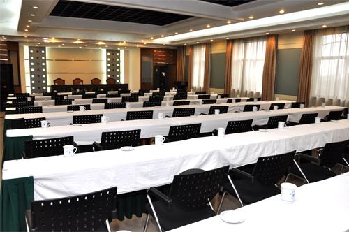 东楼大型会议室(1个)能容纳100人的会议。