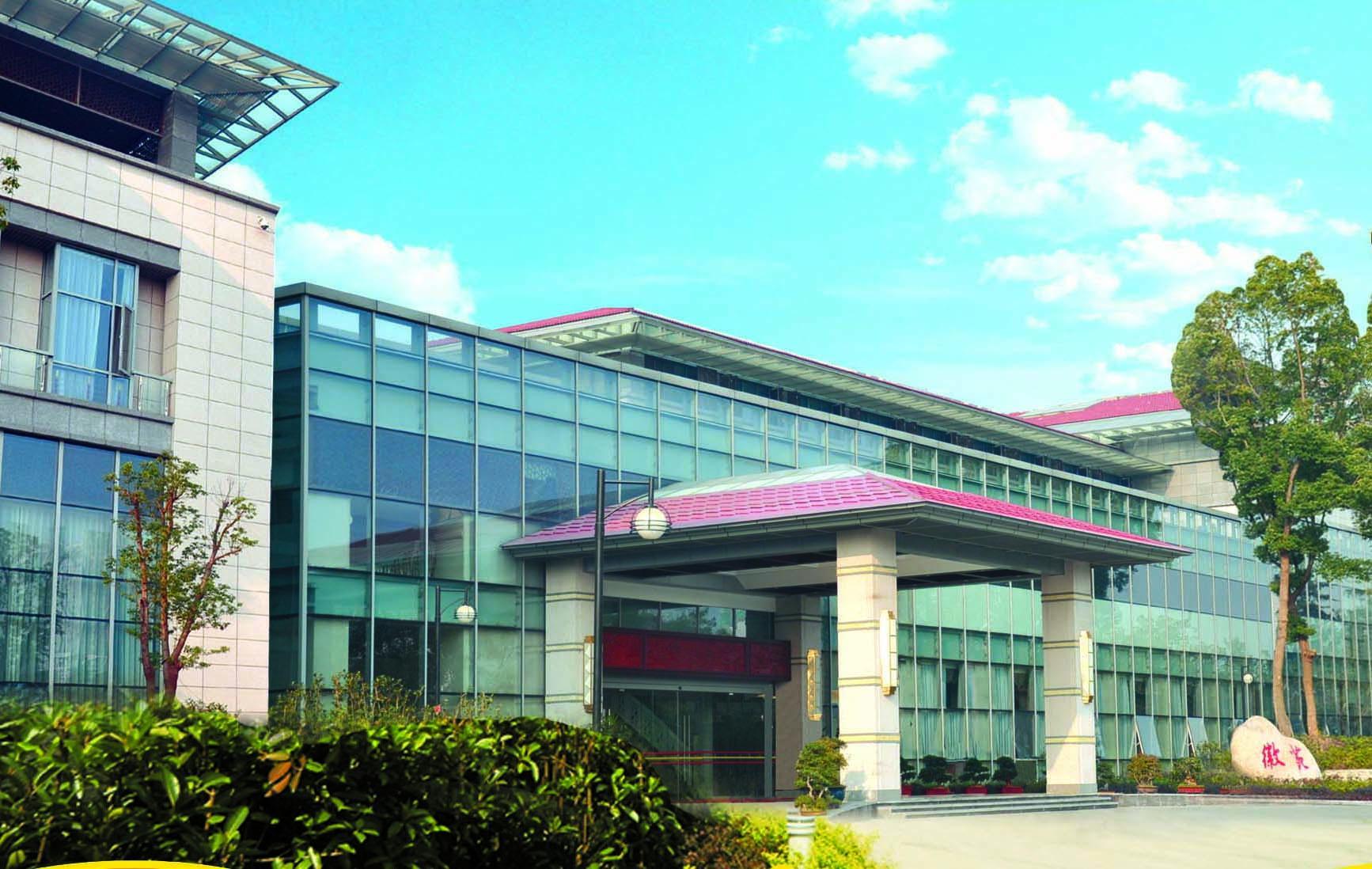 稻香楼宾馆徽苑有可供会见、会议、座谈的会议室5个。其中有容纳110人的会见厅1个,容纳40-50人的小型会议室3个,容纳20人的贵宾厅1个,另外徽苑影剧院可进行小型演出和放映电影。