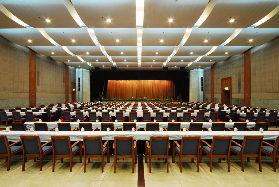 东楼礼堂能容纳600人的会议及各种演出、酒会、会展、新闻发布会、放映电影。配备贵宾休息室、化妆室、记者厅、同步录音、多媒体及宽带网。